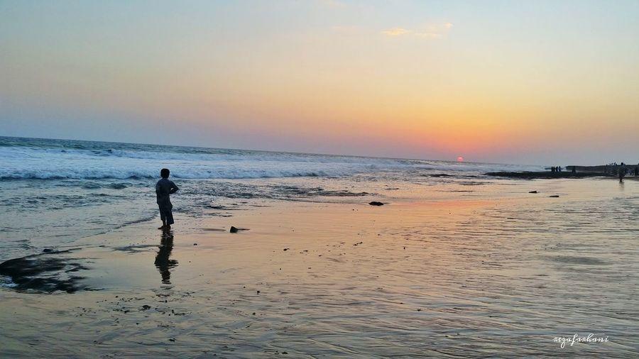 کفشِ کودکی را دریا برد ... کودک روی ساحل نوشت : دریایِ_دزد آنطرف تر مردی که صید خوبی داشت رپی ماسه ها نوشت : دریایِ_سخاوتمند جوانی غرق شد مادرش نوشت : دریایِ_قاتل پیرمردی مرواریدی صید کرد و نوشت : دریایِ_بخشنده .... موجی نوشته ها را شست . دریا آرام گفت : به قضاوت دیگران اعتنا نکن . اگر میخواهی دریا باشی .... دکتر_علی_شریعتی Photo_by_me Iran Chabahar Sea Beautiful Sunset Beach Samsung GalaxyS5 ماندن رفتن آمدن نیامدن EyeEm Eyemphotography Android Nice Day Sky