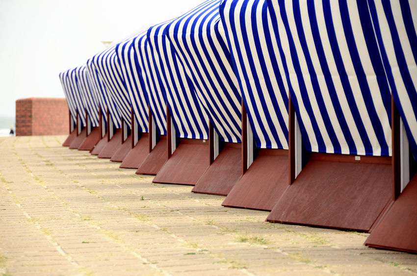 strukturiert Pattern, Texture, Shape And Form Strandkörbe Absence Architecture Building Exterior Day In A Row No People Norderney Nordsee Nordseeküste Outdoors Pattern Repetition Roof Seat Side By Side Striped Strukturen Sunlight Wood - Material