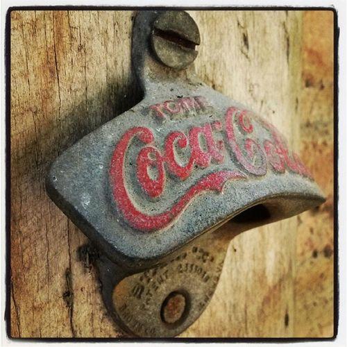 Cuando vas caminando por una casa antigua de mas de 300 años y te consigues un destapado de cocacola no tiene precio Momento Cocacola Refresco Historia venezuela coca-cola