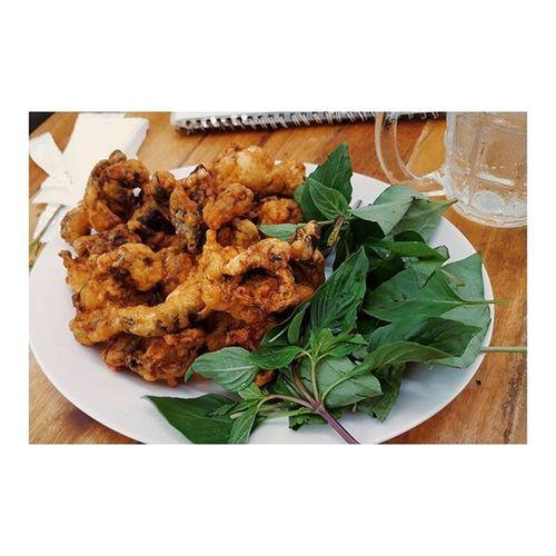 さーてこれは何の揚げ物でしょうか? ベトリナ 突然のクイズ ゲテモノです 正解は カエル 😚 普通においしい アヒルのくちばし肉 これもまたおいしい ホーチミン ベトナム Nonono it's not fried chicken, it's fried FROG. Friedfrog Hochiminh Vietnam Foodie