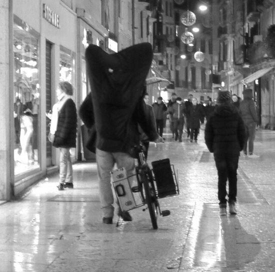 L' Arpa Walking Night Illuminated City Life People Arpa Verona