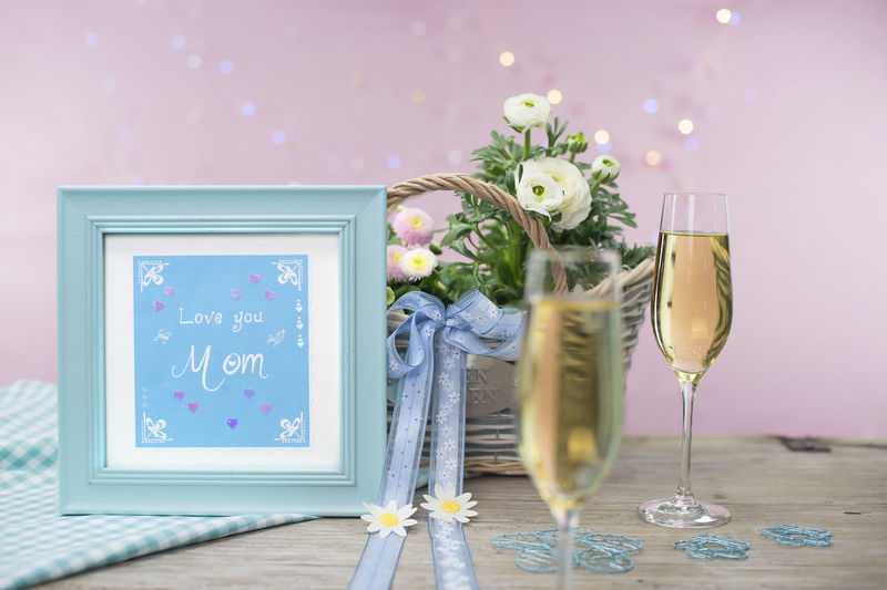 Love letter for mother Champagne Checkered Family Pink Wood Arrangement Chears Flowers Gifts Handlettering Handwritten Letter E Love Love Letter Mothers Day Pastel Colored Spring Still Life