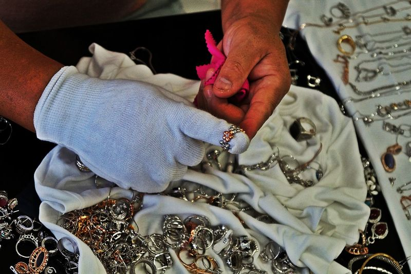 The Goldsmith Polishing Gold And Silver  White Glove (Michael Jackson is not alive) 😉Jewelry Making Contrast And Lights Colour Of Life Alanya/Turkey Showcase August Beliebte Fotos