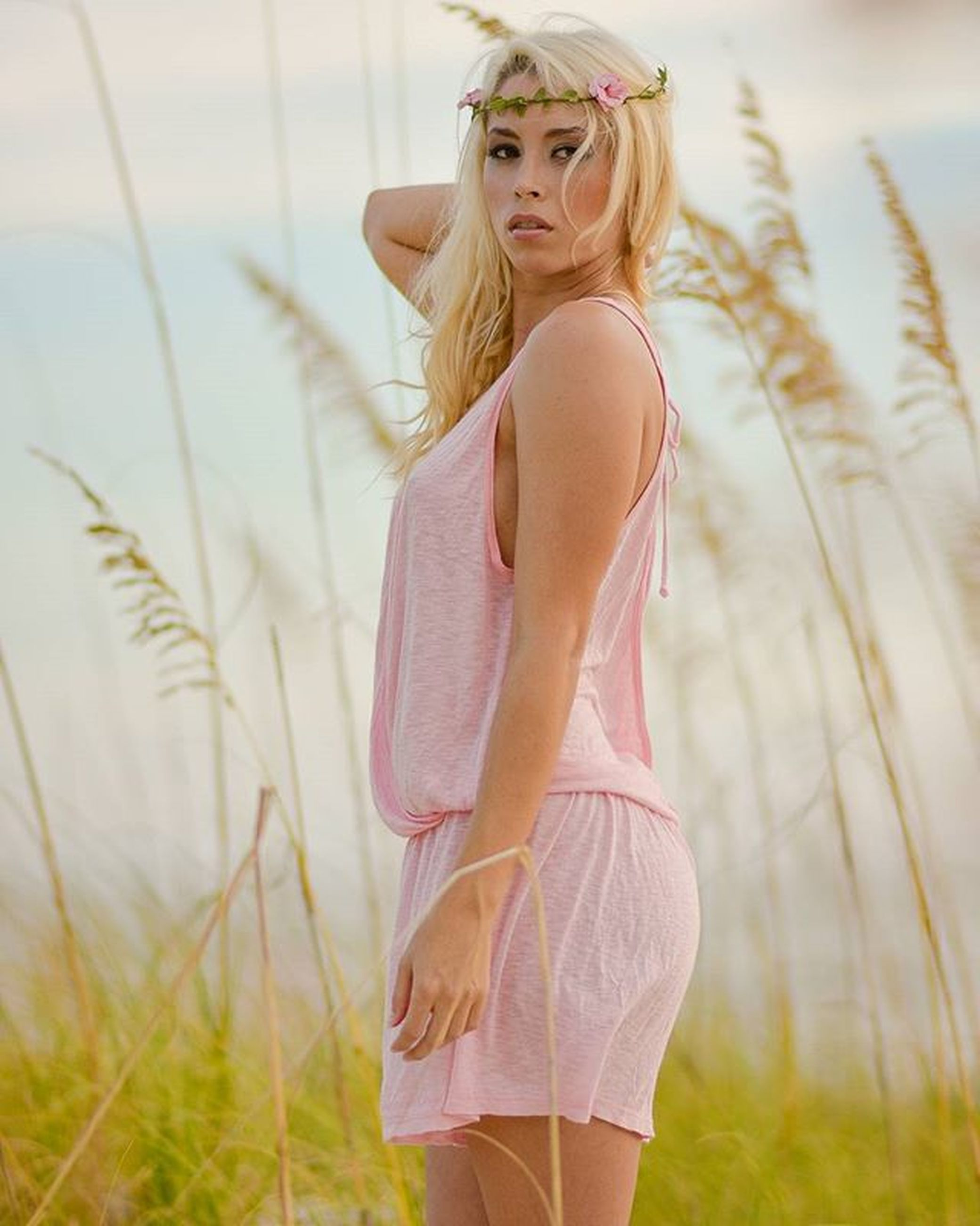 young adult, young women, lifestyles, long hair, leisure activity, person, focus on foreground, standing, three quarter length, casual clothing, beauty, sensuality, dress, front view, field, femininity