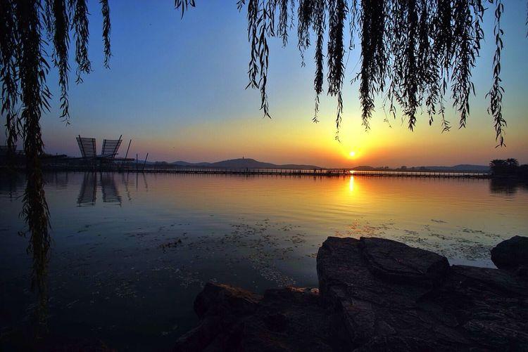 夕阳映照下的无锡蠡湖公园