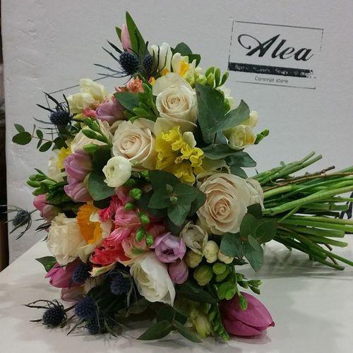 Las flores de Alea hacen cualquier día Especial . Alefloristerias Flores Flowers Blumen Fiori Fleurs Tulips Ranunculus Tistle Bouquet Colorful Chic Happiness