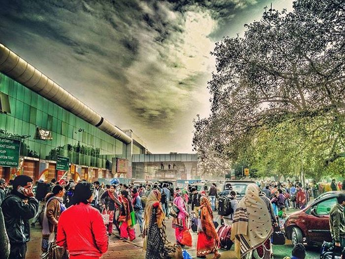 · COMMOTION · Crowdedevening Chaos Delhi People Winterdiaries HDR Oneplustwo Colours DelhiGram Traveldesi