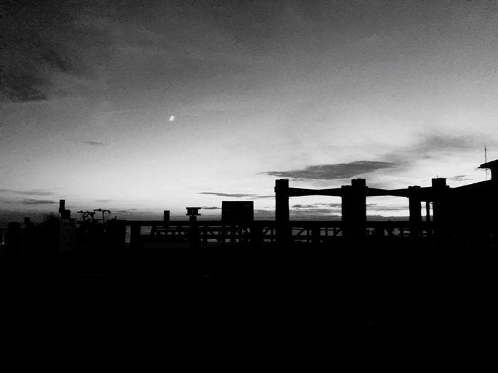 Le soleil tombe, la Lune monte Silhouette Architecture Sky Coucher De Soleil SunsetNoiretblanc Noir Et Blanc Blackandwhite No People Ocean Outdoors (null)Built Structure Nature Moon Building Exterior