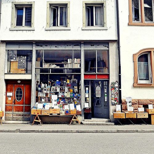 Finally I visited this second hand bookshop 🤗.... but where are the emojies for books when you need it 🤔😉?Eyeemphotography Windowshopping Window Box Shopfront Streetphotography Urban Lifestyle Sidewalk Discoveries Views From The Sidewalk EyeEm Gallery Facadelovers Sidewalk From My Point Of View Architecture Built Structure City Life City View  Sidewalk Photograhy Neighbourhoodnumbers