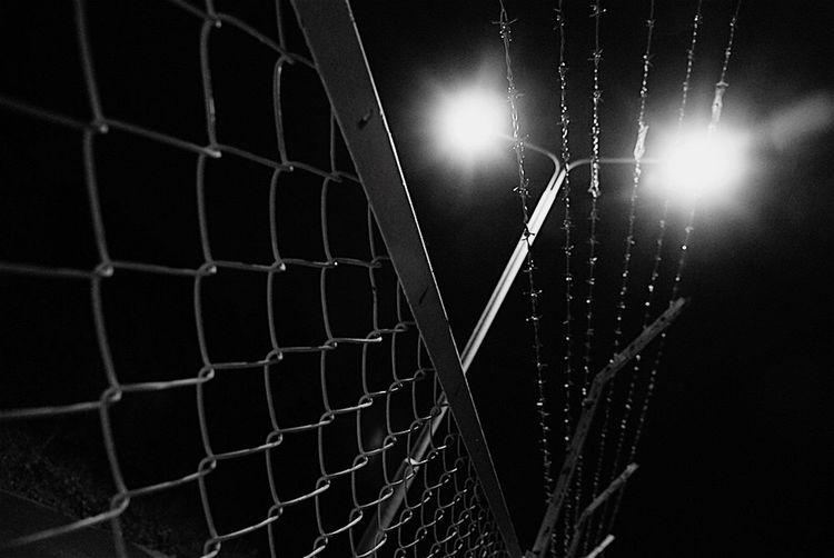 心は離れやすく 引き寄せにくい…。 Light And Shadow Black & White Fence Club モノクロ Bw_JAPAN 白黒 Night Nightphotography Barbed Wire Ibaraki-Japan