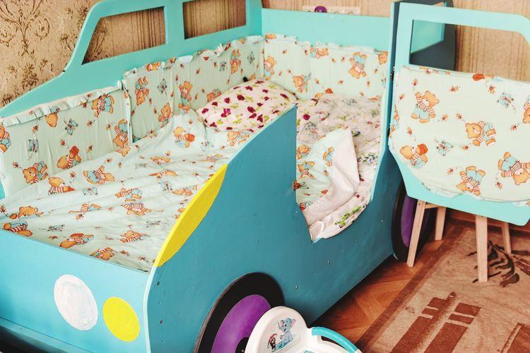 самодельная детская кроватка-машинка кровать Детская голубая машинка дверь оькрытая горшок пол стена бельё постелбное подушки одеяло Beautiful Multi Colored No People Day Pattern