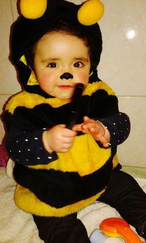Celebrando a la ampi en su cumpleaños N°5 ,y mi hija disfrazada de abejita 😍😊 Cumpleaños De Disfrazes Te Amô Bebe *.*