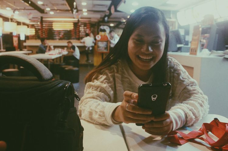 Mobile Conversations Photography Jabez Portrait Of A Friend Candidshot Phonesms Conversation Fastfood McDonald's Filipina The Photojournalist - 2017 EyeEm Awards