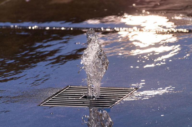 Water splashing from gutter lid