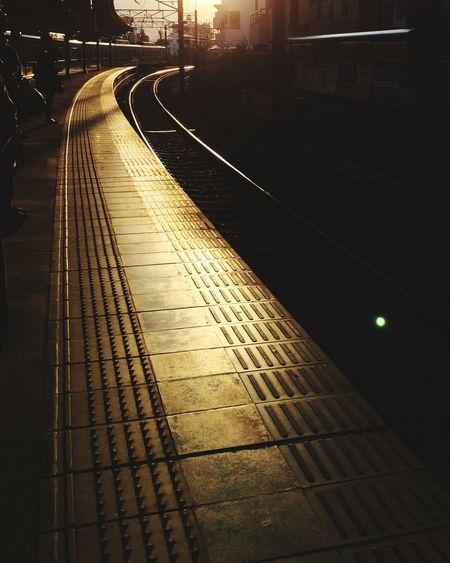 電車 ホーム 夕焼け 夕暮れ