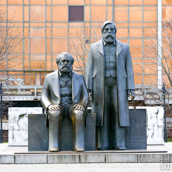 Marx-Engels Forum 2004 (throwbackthursday) Die Bronzeskulptur von Karl Marx und Friedrich Engels stand bis 2010 in der Grünanlage des Marx-Engels-Forums. Das Werk des Bildhauers Ludwig Engelhardt wurde 1986 im Auftrag der DDR-Führung aufgestellt. 2010 musste die Skulptur wegen des Ausbaus der U-Bahnlinie U5 umziehen. Im Hintergrund sieht man die Fassade des mittlerweile abgerissenen Palast der Republik (Erichs Lampenladen). artist:DAX PHOTOGRAPHOHOLIC | born to capture | ArtistDAX PHOTOGRAPHOHOLIC Architecture Mobilephotography_city Urbanexplorer Germany Berliner Ansichten Historical Monuments Historical Place Marx-Engels Forum Cityexplorer Berlin Berlin Mitte Urbanexplorer Berlincity Cityscape Urban Architecture EyeEm Gallery Citylife Travelgermany Throwbackthursday  City