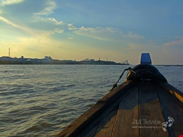 The Adventure Handbook In The Middle Of Nowhere Sikil Traveler On The Boat