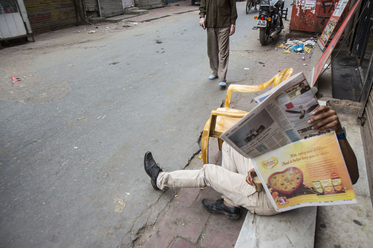 people sit on street and read newpaper Candid Candid Photography City Life Delhi DelhiGram India Indianstories Indiapictures Leisure Activity Lifestyles Morninglife Paharganj Reading Newspaper Snap Photo Snapshot Street Street Photography Streetlife Streetphoto_bw Streetphotography Streetshot