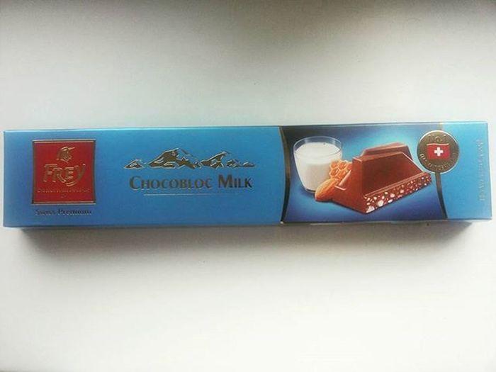 мамочка привезла большую шоколадку мне в подарок 400граммсчастья Chocoblocmilk 🙌🙌😝😋😃😄😆 из Швейцарии