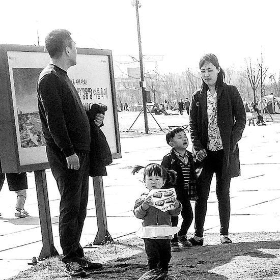 Seoul_streetphotography Kr_streetphotography Streetphotography Bnwphotography Bnwkorea Bnwseoul Bnw_streetphotography Hangang Park Yeouido Seoul Seoul Spring Southkorea Seoulspring2017