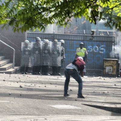 1A 1abril Chacaito Chacao  estudiantes gobiernocorructo prayForVenezuela fuerza elquesecansapierde marcha guarimba estudiantes resistencia capuski laluchasigue gnb lacrimogenas calle estudiantes pnb valientes lacrimogenas calle policias pacos