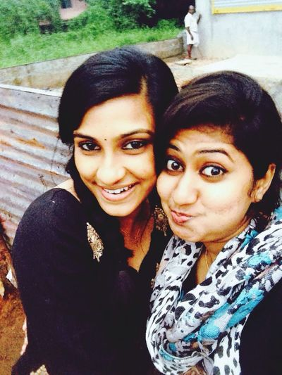 An occasion s nt complete without a selfiee with our bestiee?