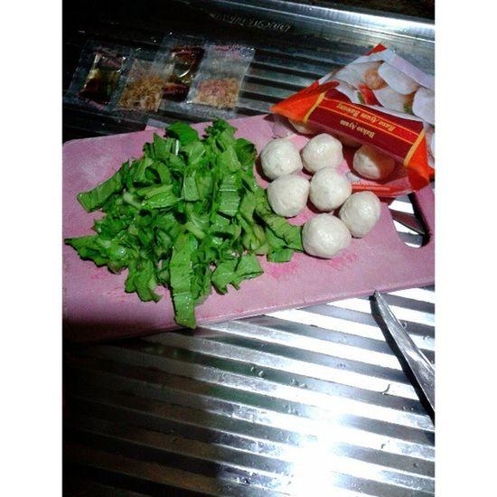Masak pentol bakso ayam yippi~ Happy Cooking Ramadhan Berbuka puasa pentol bakso ayam yummy instaramadhan instagram ariendhiiya