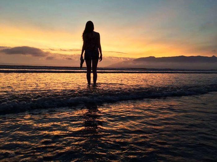 Nascer do sol em Caraguatatuba 🌅 Beauty In Nature Silhouette Sky Sunlight Sun Nascer Do Sol Amanhecer Praia Beach Water Women Me Nature Natureza EyeEmNewHere