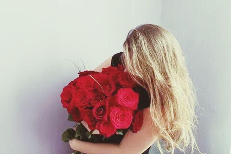 That's Me Hello World Taking Photos Flowers Roses Red Rose Birthday Birthdaygirl My Birthday 18stka