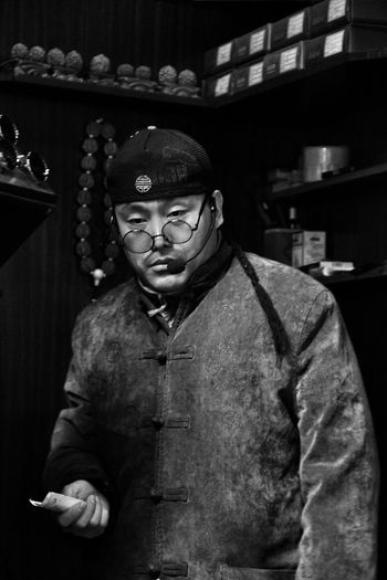Streetphotography Street Photography People Photography Peoplephotography People Life  People Living Yuyuan Garden Yuyuantan Park Traditional People Life Old Black And White Blackandwhite Photography Black & White Tired Tired Eyes