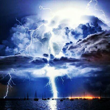 Sea Mar Barco Boat Ocean Oceano Thunder Trovão Raio Ray Cloud Nuvem Storm Tempestade Thunderstorm Tempestadederaios Real Night Stormynight Instapic Instafollow Instanature Forceofnature Instafollowback Belive, it's real! Acreditem, é real!