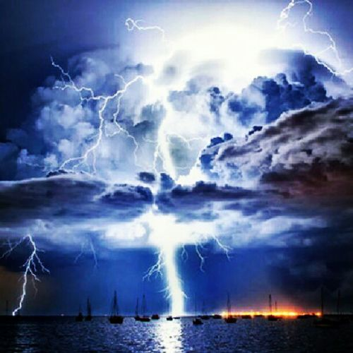 Sea Mar Barco Boat Ocean Oceano Thunder Trovão Raio Ray Cloud Nuvem Storm Tempestade Thunderstorm Tempestadederaios Real Night Stormynight Instapic Instafollow Instanature Forceofnature Instafollowback Belive, it's real! Acreditem, é real!