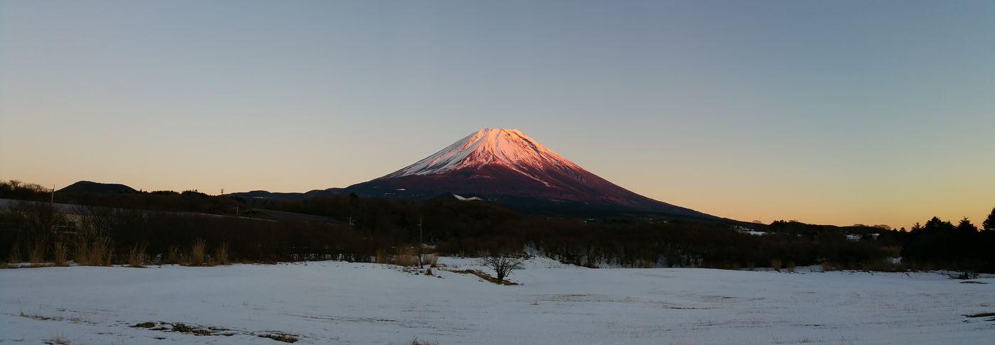 山梨のワイナリーでお仕事でした。その帰り道に、夕焼け色の富士山に出会いました。周りは雪でいっぱいです。 富士山 Mt.Fuji 赤富士 夕焼け 雪 雪景色 Snow Hello World