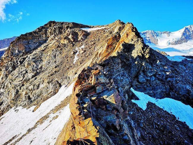 Cresta rocciosa che porta finalmente al rifugio, un po' esposta ma attrezzata. Mountain Blue Snow Sky Close-up Rocky Mountains Snowcapped Mountain Rock Formation Mountain Range Rock
