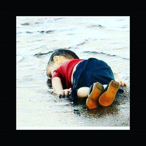 Sizleri bilmiyorum ama Suriyeli çocuklara işkence eden, kadınlara Tecavüz eden, parayla satın almaya çalışanların bu görüntülere Vicdanı hiç mi sızlamıyor:..Böyle şeyler Paylaşmak , görmek, hissetmek, duymak dahi istemiyorum..Bu çocuklar ölmek için değil, oyun oynamak, gülmek, öğrenmek, büyümek için doğdu...İnanın içimdeki acı bile bu çocuğun bu halini anlatacak güçte değil..Beynim yanıyor ulan beynim, nasıl bir vicdansızlıktır bu böyle... Bodrum sahili 02.09.2015 - Suriyeli Mülteci çocuk- kaansoydan Facebooktan alintidir . 😢😢😢😢😢😢 Hangi can dayanır bu fotoğrafa Melek oldu gitti ..... insanlık_dramı hayat_çok_ucuz 😢😢😢😢