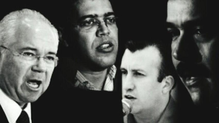 """Economista Francisco Faraco: """"El proyecto bolivariano es un proyecto de saqueo del país"""" Mar 18, 2015 @ 8:00 pm El economista Francisco Faraco aseguró que el gobierno del presidente Hugo Chávez y de Nicolás Maduro se trata de un proyecto de saqueo y estima que han sido robados del país 250 mil millones de dólares. Enrique Meléndez / especialNoticiero Digital """"De saqueo por la vía del peculado y de saqueo por la vía de la destrucción de plantel industria y agrícola venezolano"""", afirma el economista para Noticiero Digital en esta primera parte. ¿Qué le hace pensar a usted un país con una situación deficitaria desde el punto de vista de sus ingresos; mientras comienzan a aflorar informaciones sobre lavado de dinero de venezolanos en bancos del extranjero y cuya cifra astronómica cubriría el déficit fiscal y todavía sobraría? -Esto que llaman los defensores del gobierno el modelo, el proyecto país, son nombres muy rimbombantes, a los cuales son muy dados los izquierdistas, y que no es otra cosa que un proyecto de saqueo. De saqueo por la vía del peculado y de saqueo por la vía de la destrucción del plantel industrial y agrícola venezolano. -Por la vía del peculado desde el mismo día que llegaron al poder. Fue cuando entonces se comenzó a hablar de los robos: el Plan Bolívar 2000. Esos robos se aceleraron después del 2002. Se habló muchísimo de eso. Se denunciaron algunas de estas cosas, pero jamás se quisieron investigar. Aquí hay una enorme responsabilidad de la Asamblea Nacional; de la Contraloría General de la República y de la Fiscalía. -Incluso, el caso tan sonado en el 2003 del tema de los bonos aquellos donde intervino Cedel y el Ministro de Finanzas y el Banco Industrial. Allí la República perdió 10 mil millones de bolívares de aquella época. Bueno, en este edificio (Centro Financiero Latino, Caracas) funcionaba la Oficina de la Asesoría Económica de la Asamblea Nacional que era dirigida en aquella época por del doctor Francisco Rodríguez. -El doctor Rodríguez h"""