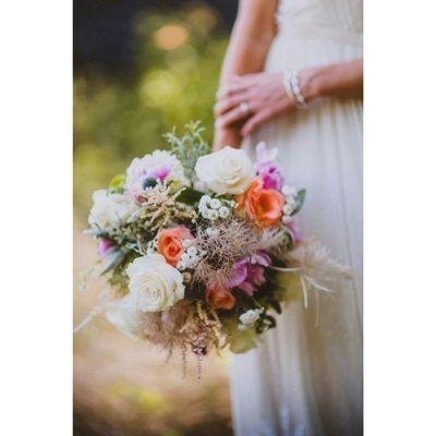 Para inspirar e colorir o domingo! Bouquet perfeito *-* Prwedding Casamentopollyerafa Weddingblog Weddingphoto weddingflower bouquet flower inspiration weddinginspiration blogdecasamento tudodepolly