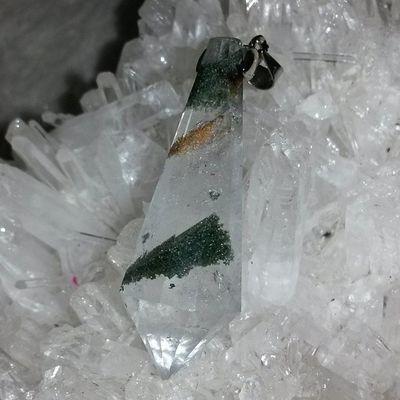 綠幽靈靈擺 綠幽靈其實也是水晶家族的一員,它是因為白水晶包覆了一些綠色的火山泥成份,也因火山泥的顏色不同,所以也造就了白幽靈水晶、紅幽靈水晶。綠色光主要對應著心輪,影響的腺體為心、肺、免疫系統、胸腺、淋巴腺,可治療心痛、心臟病、高血壓、呼吸困難、緊張、失眠、憤怒、妄想、癌症,尤其治療癌症最好是用綠色。綠光只選擇健康的細胞供給養分。壓力大時,拿著綠幽靈冥想綠光充滿全身,可以解除緊張放鬆自己。綠色光代表著財富中的正財,它可以讓你在事業上有好的運氣、機會、朋友和貴人相助,它也可平衡人的心靈,讓你樂觀正面、喜歡看人的優點、友善、好交際團體中是活躍份子、兩性關係中能屈能伸。紅色光可招好事物走近自己、得貴人相助 。開發心輪,能解心中負面情緒,使人忘卻煩惱,開心面對人與事! 綠幽靈 靈擺 礦石 水晶 天然水晶 hk hkig hkiggirl hkgirl onlineshop hkonlineshop girls igbuy igbuyer hkonlineshopping hkigshop 852 852shop 手飾 飾物 現貨 hkseller 戀愛 愛情 星座 手鏈 吊咀