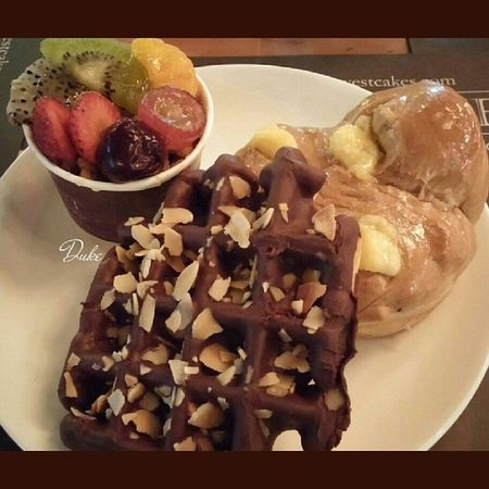 Chocolate Waffle Fruit Pannacota cream cheese bread pastry patisserie patissier dessert bakery cakery sweet savoury foodie foodgasm foodporn makan gastronogram foodscope SquareAndroid lgg2