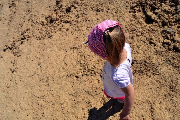Child Children Only Only Girl Beach Sand Childhood Rear View Carrying On Head Muddy One Girl Only Plastic Environment - LIMEX IMAGINE