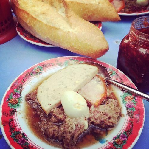 Bánh mì chấm Đà Nẵng...rẻ mà lại ngon...:)) Bread Pate Birdsegg Pork friedfish peppersauce breakfast enjoy yummy