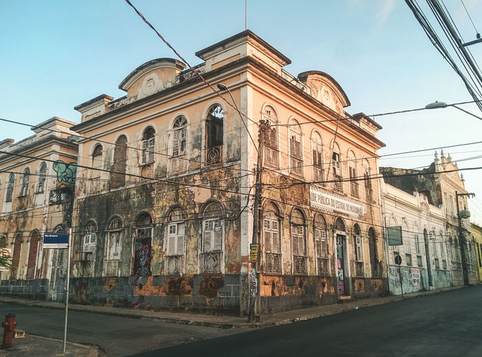 The beautiful narrow alleys of Sao Luis. Abandoned Architecture Building Exterior Built Structure Cable Chaos City Clear Sky Colonial Day Discover Your City Explore House Low Angle View No People Old Outdoors Sky Street Streetphotography Symmetry Travel Travel Destinations Traveling Window The Architect - 2017 EyeEm Awards EyeEmNewHere EyeEm Selects