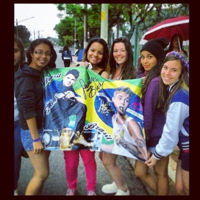 Com as meninas tumultuando na fila pro show >< Justinweek Justin Justinbieber Happy day OMG lol