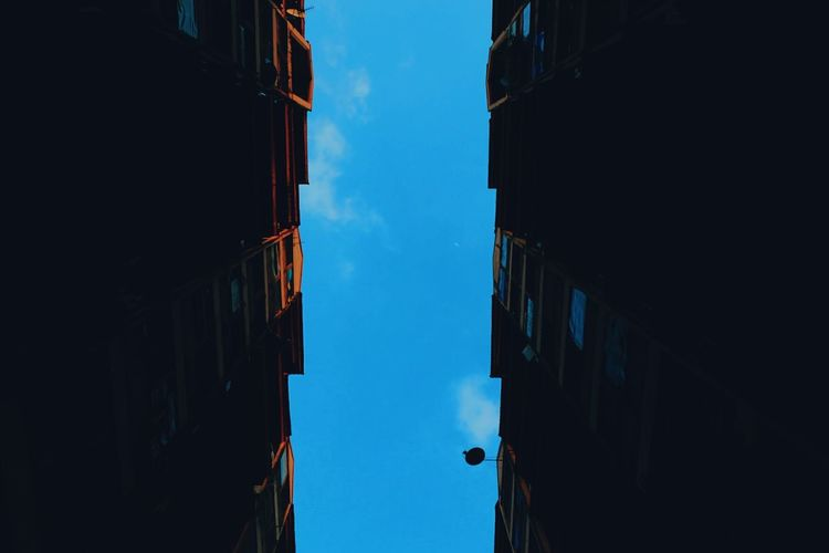 Summer with perspective buidingSommergefühle Low Angle View Outdoors Building Exterior City Sky No People Day Architecture Fineartphotography Photooftheday Full Length Like4like Fujifilm Photography Themes Selfie Skyscraper Clear Sky