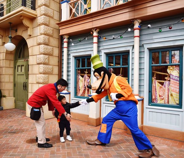 Togetherness Friendship Full Length People Adult Men Happiness Day Outdoors Smiling Only Men Teamwork City Young Adult Adults Only Disney Disneyland 上海迪士尼
