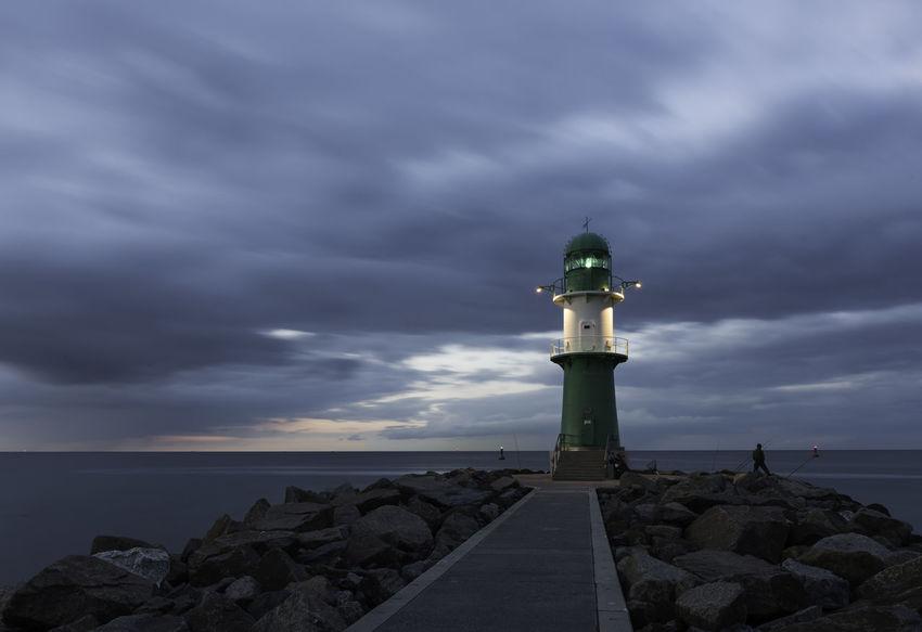 Abend Angler Deutschland Himmel Leuchtturm Mecklenburg-Vorpommern Meer Ostsee Warnemünde Westmole Wolken Abendstimmung Am Meer Horizont  Küste Leuchtfeuer Mole