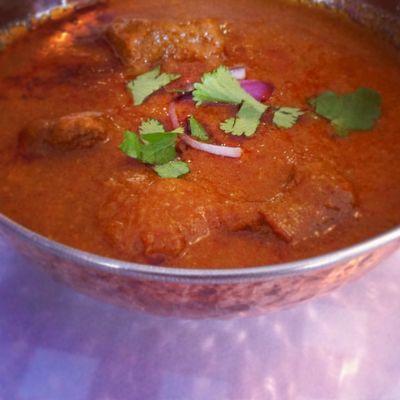28 Feb / Tema: Vad jag vill (Eller fullmåne). Dagens lunch. Indisk biff sambal. Riktigt snyggt framställd i ett kopparkärl.