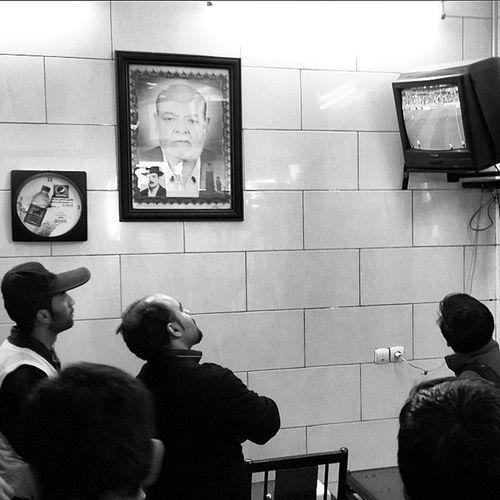 . تماشای فوتبال در کبابی . . . . . ببخشید اگه داغ دل بعضی ها تازه میشه . سیاه_سفید Blackandwhite Match Football Iran Iraq