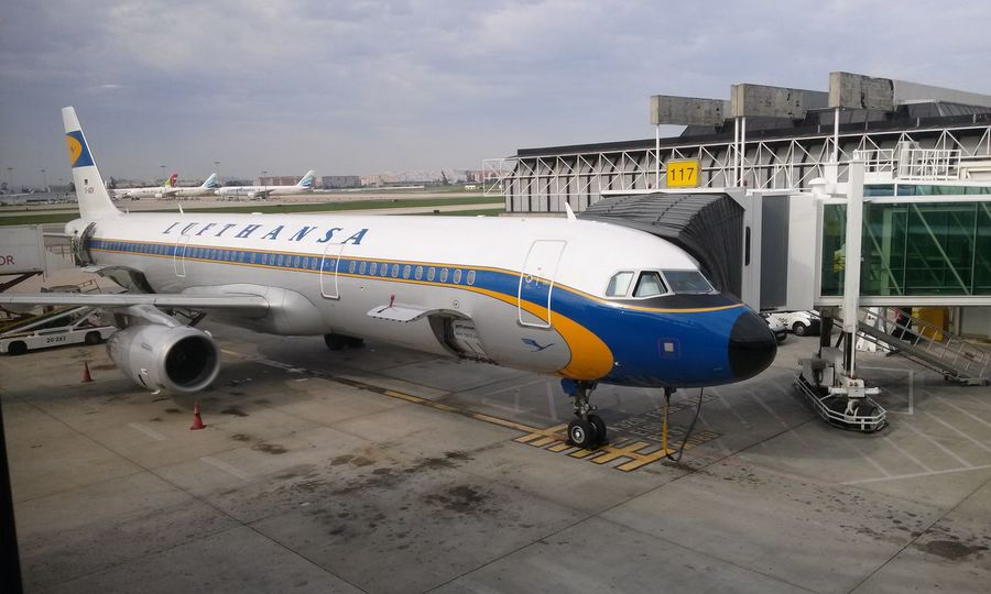 The Beautiful new Retro look of lufthansa Airplanes