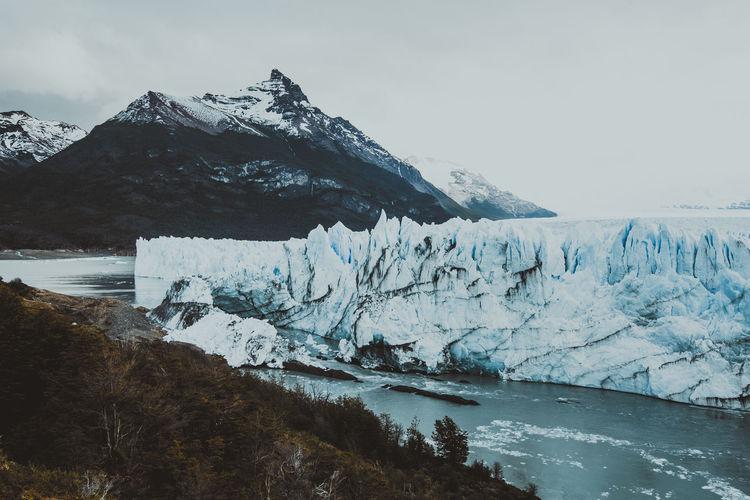 Perito moreno glacier and mountains against sky
